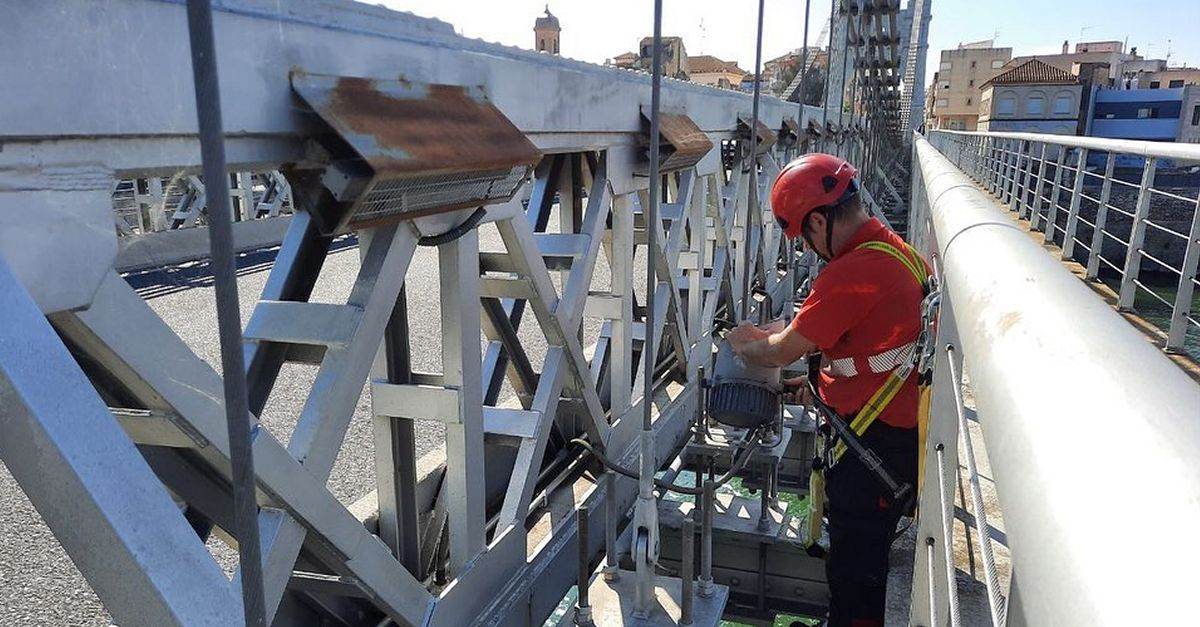 Comencen les obres de millora de l'enllumenat del Pont Penjant d'Amposta