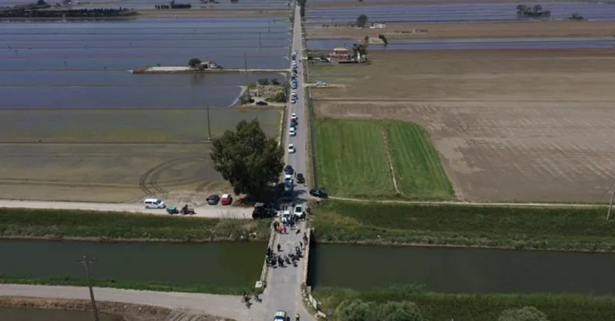 Una trentena de vehicles fan una marxa lenta per denunciar el retard per reformar la carretera de Poble Nou del Delta | Amposta.info