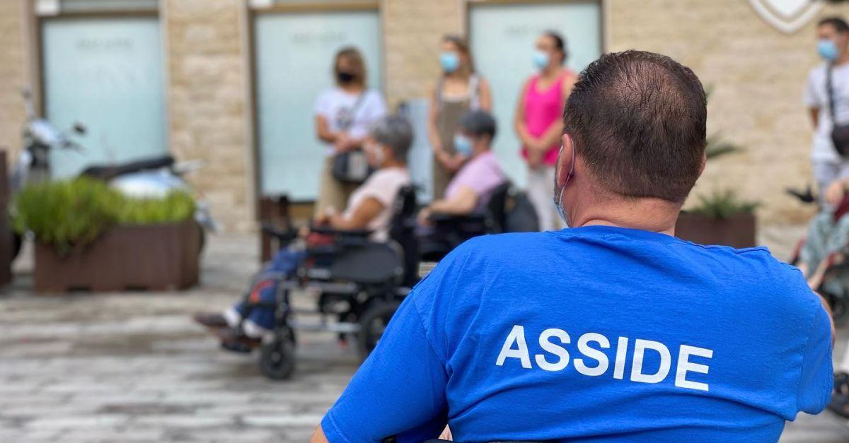 Una quinzena de persones amb mobilitat reduïda traslladen els problemes de mobilitat d'Amposta