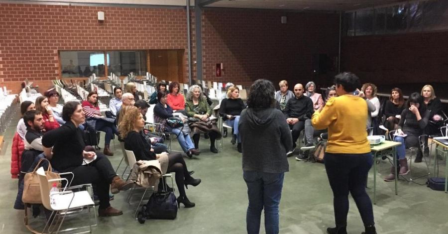Una quarantena de persones participen a la sessió de devolució dels plans locals de Dones i LGTBI
